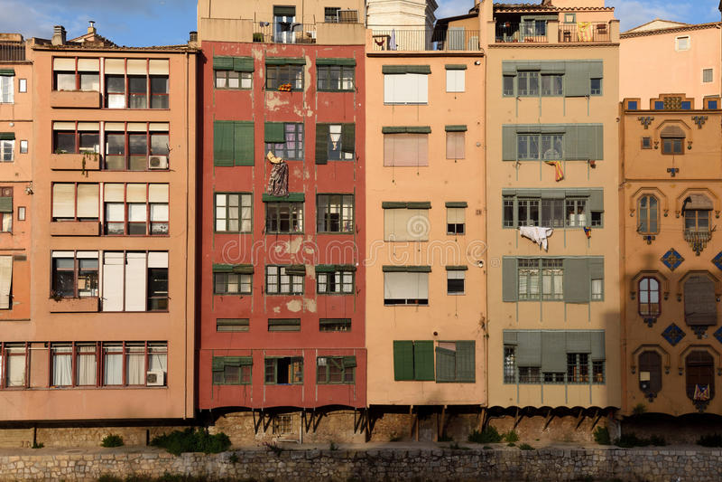 Detalle de casas coloridas en el río de Onyar fotos de archivo