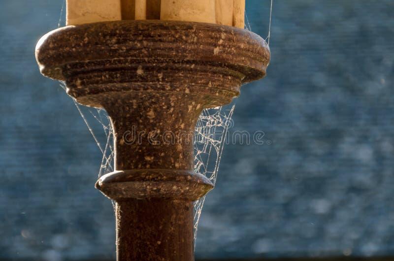 Detalle de columnas con la web de araña en Mont Saint Michael francia fotos de archivo libres de regalías