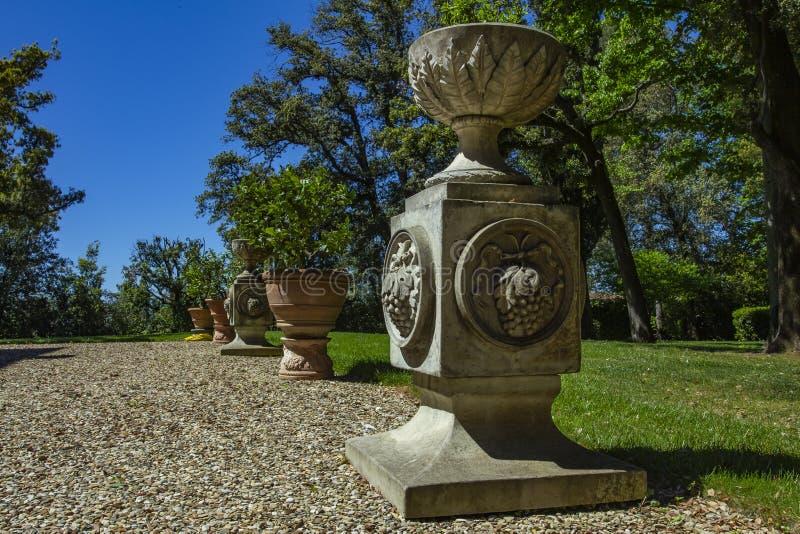Detalle de columnas y del florero italianos antiguos antiguos imagen de archivo