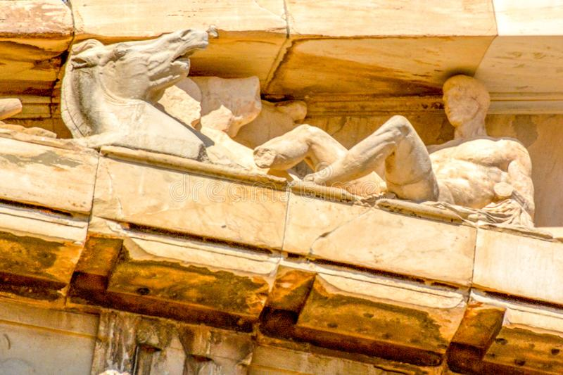 Detalle de columnas y friso del Parthenon en la acrópolis en Atenas, Grecia foto de archivo