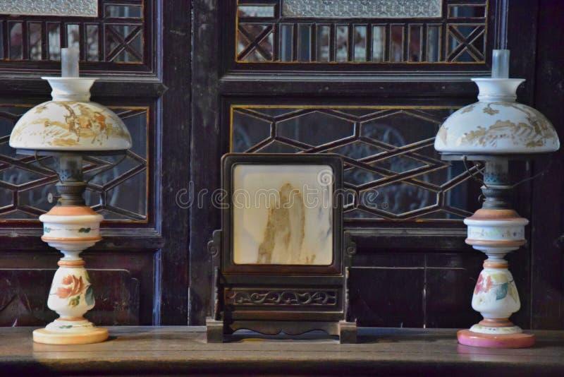 Detalle de dos lámparas de aceite fotografía de archivo libre de regalías