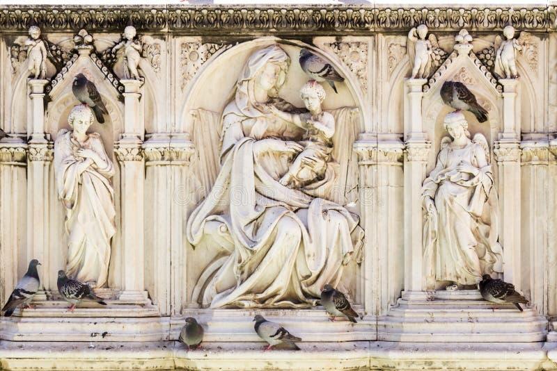 Detalle de Fonte Gaia Fountain de la alegría en el cuadrado de Piazza del Campo Campo en Siena Toscana Italia imagen de archivo