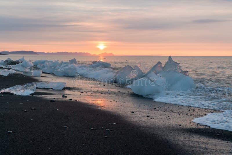 Detalle de fragmentos glaciales del hielo en el negro del glaciar de Jokulsarlon imagen de archivo libre de regalías