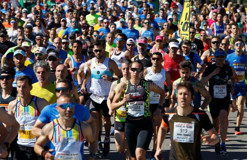 Detalle de funcionamiento de los corredores de raza del medio maratón de Palma imagenes de archivo