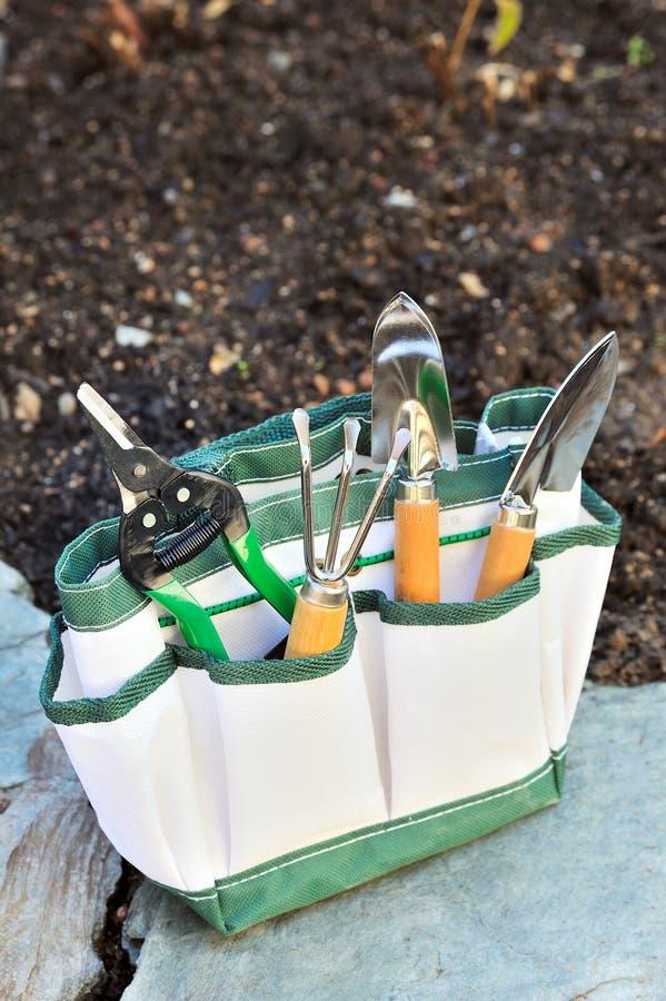 Detalle de herramientas que cultivan un huerto en bolsa de herramientas fotos de archivo libres de regalías
