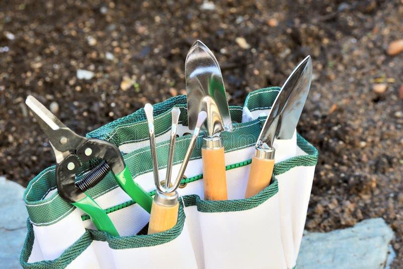 Detalle de herramientas que cultivan un huerto en bolsa de herramientas imagen de archivo libre de regalías