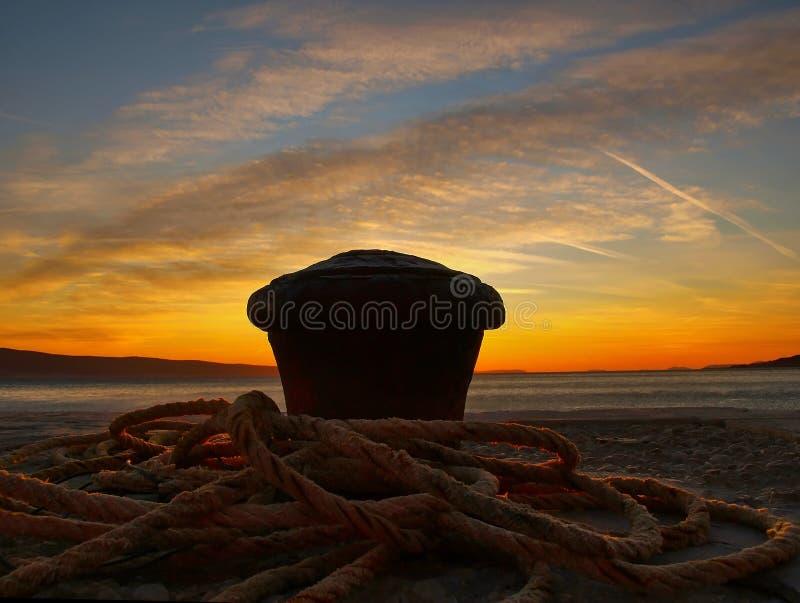 Detalle de la amarradura en la puesta del sol 2 foto de archivo
