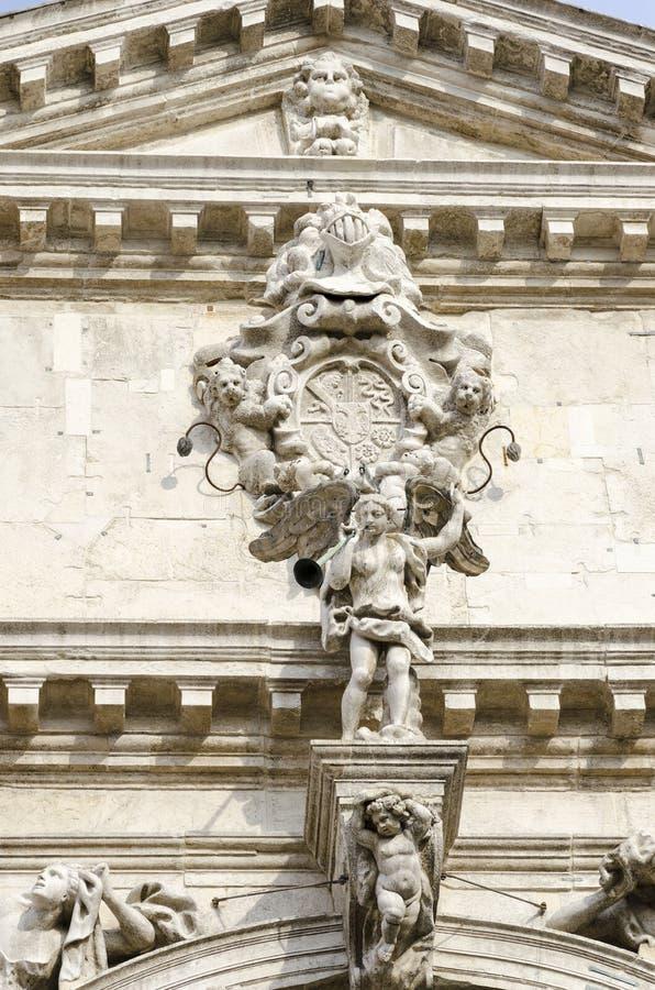 Detalle de la arquitectura de los di Santa Maria del Giglio de Chiesa en Venecia, Italia imagen de archivo
