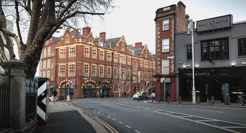 Detalle de la arquitectura y atmósfera de la calle en una calle que hace compras de Dublín, Irlanda imagen de archivo