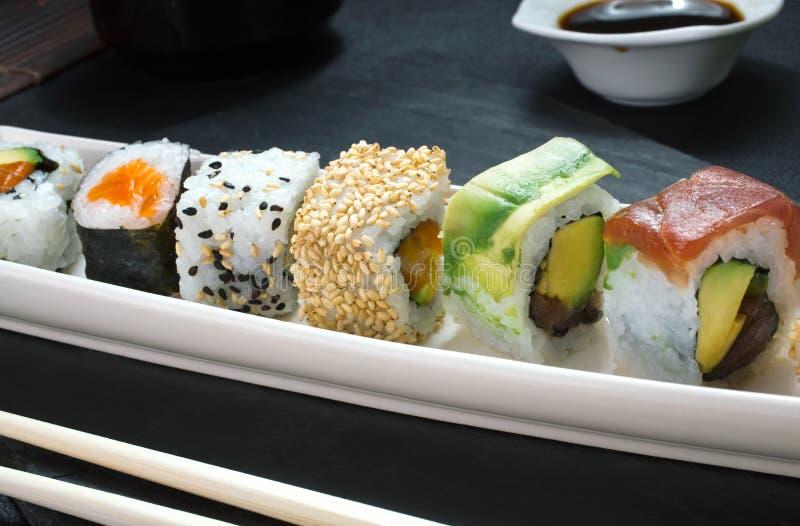 Detalle de la bandeja de rollos de sushi fotografía de archivo