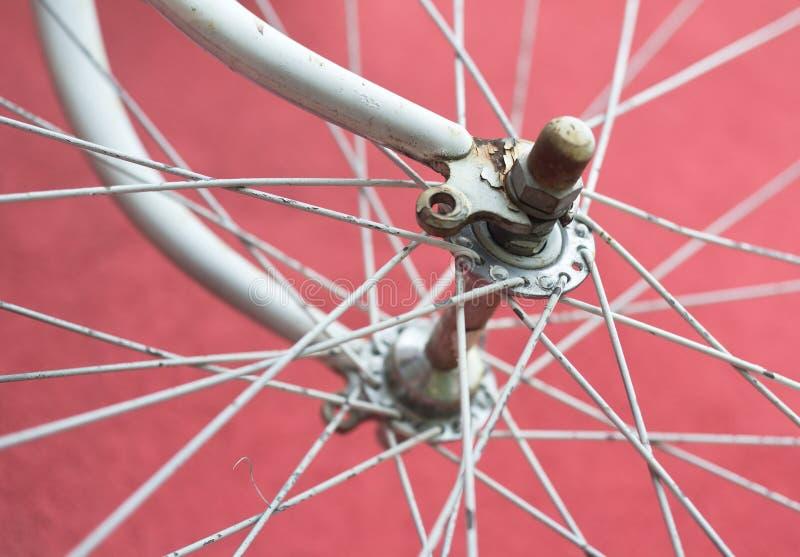 Detalle de la bici vieja del camino - rueda delantera imagenes de archivo