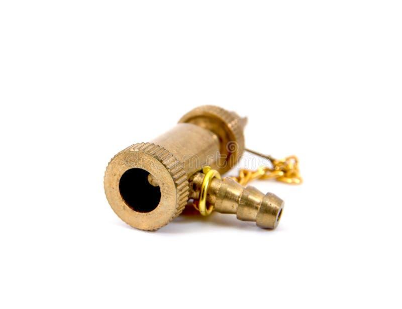 Detalle de la cabeza de cobre amarillo de la bomba del neumático de la bicicleta con la cadena aislada en el fondo blanco r imagenes de archivo