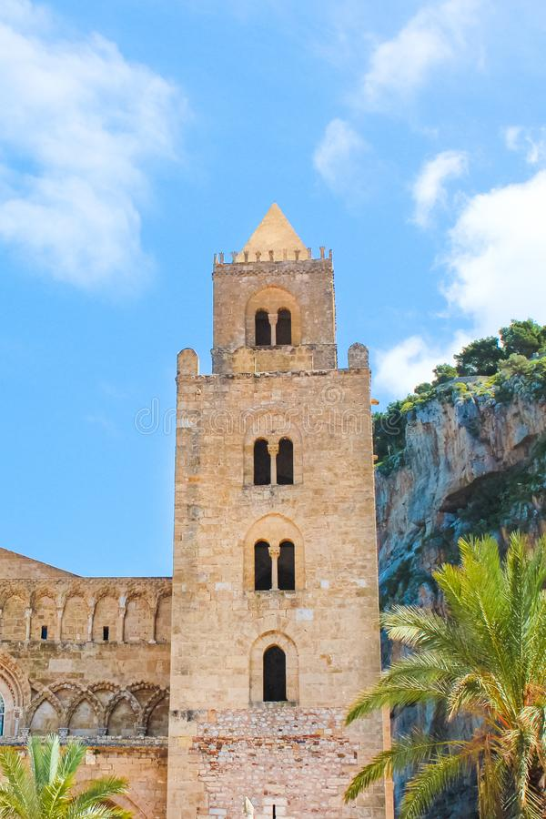 Detalle de la catedral hermosa de Cefalu en Cefalu, Sicilia, Italia con el cielo azul Bas?lica cat?lica en estilo arquitect?nico  fotografía de archivo libre de regalías