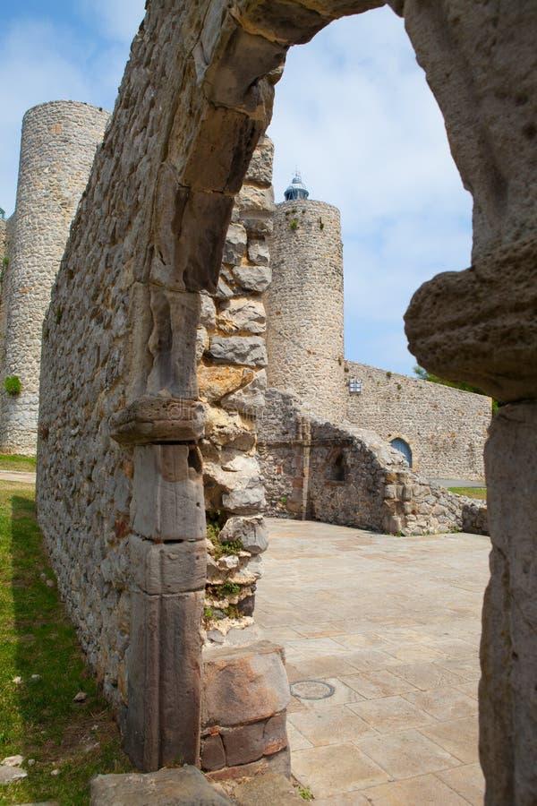 Detalle de la catedral y castillo y faro, Castro Urdiales, fotos de archivo libres de regalías