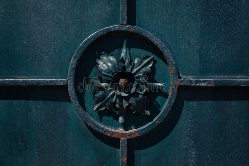 Detalle de la cerca vieja del hierro labrado, flor oscura en el círculo foto de archivo