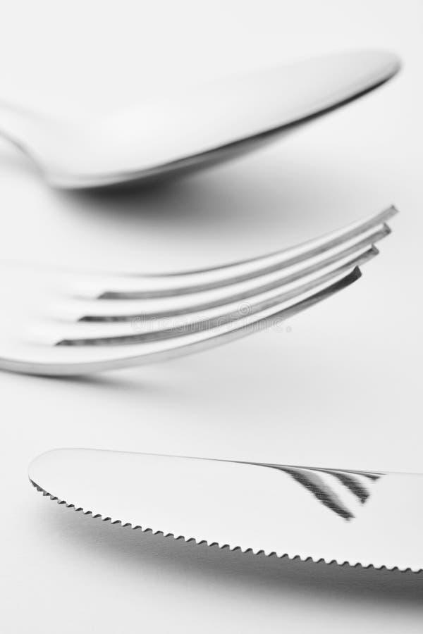 Detalle de la cuchara de la bifurcación del cuchillo sobre un fondo blanco cuchillería fotografía de archivo libre de regalías
