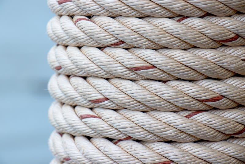 Detalle de la cuerda blanca de la nave envuelta alrededor del polo en el puerto pesquero imagen de archivo libre de regalías