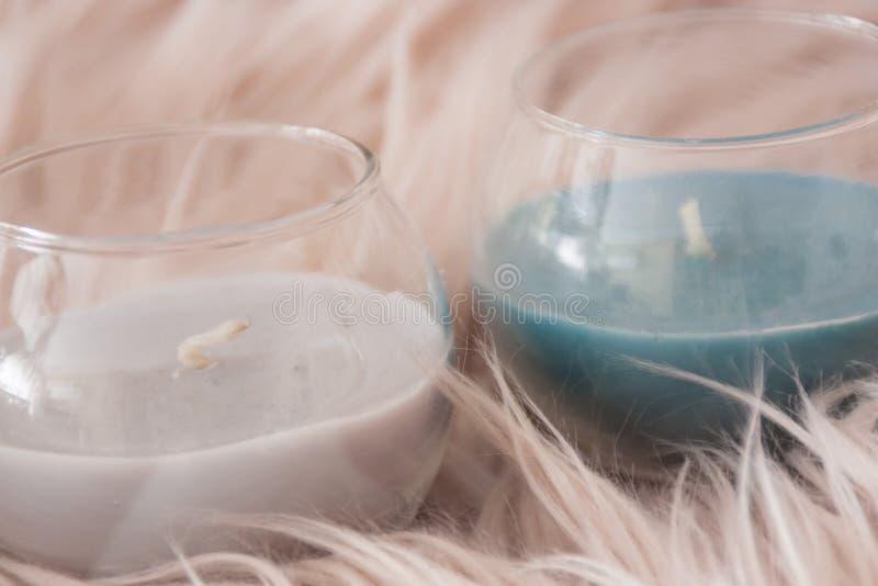 Detalle de la decoración casera con dos velas de colores grises y azules fotografía de archivo libre de regalías