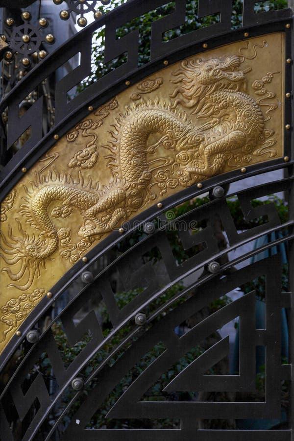 Detalle de la decoración china en la puerta fotografía de archivo libre de regalías
