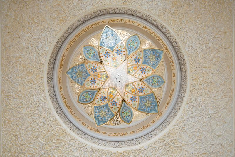 Detalle de la decoración en techo, Sheikh Zayed Grand Mosque, Abu Dhabi, United Arab Emirates imagen de archivo libre de regalías