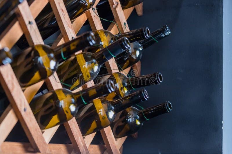 Detalle de la decoraci?n interior casera Todavía vida de las botellas de vino verdes transparentes Diseño interior del vintage es imágenes de archivo libres de regalías
