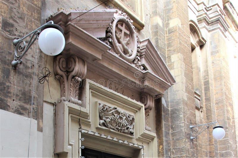Detalle de la entrada a la catedral católica en La Valeta, Malta fotos de archivo libres de regalías