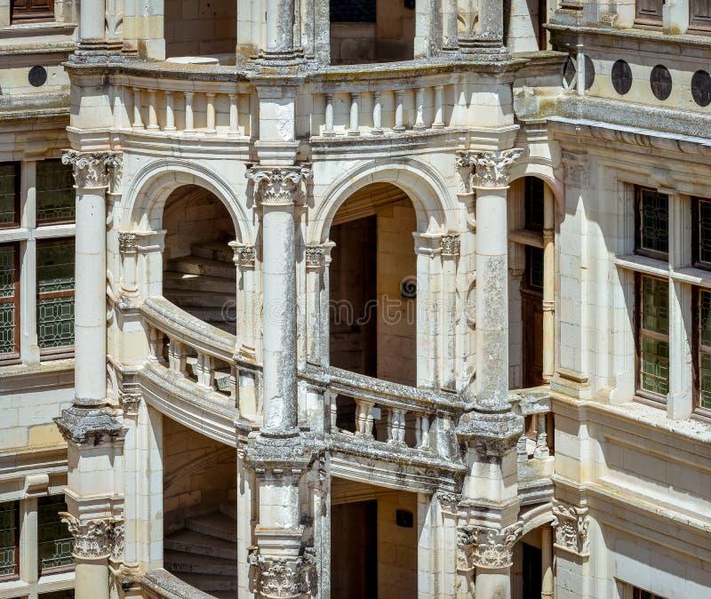Detalle de la escalera exterior del castillo antiguo imágenes de archivo libres de regalías