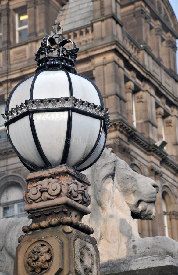 Detalle de la escultura del león y lámpara adornada fuera del ayuntamiento de los teeds foto de archivo libre de regalías