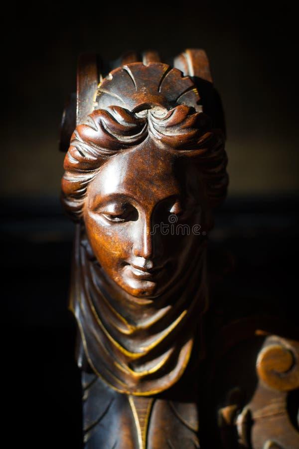 Detalle de la escultura de madera de la cabeza de la mujer imagen de archivo libre de regalías