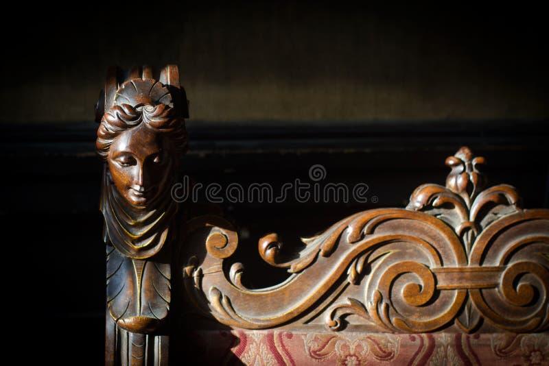Detalle de la escultura de madera de la cabeza de la mujer fotografía de archivo