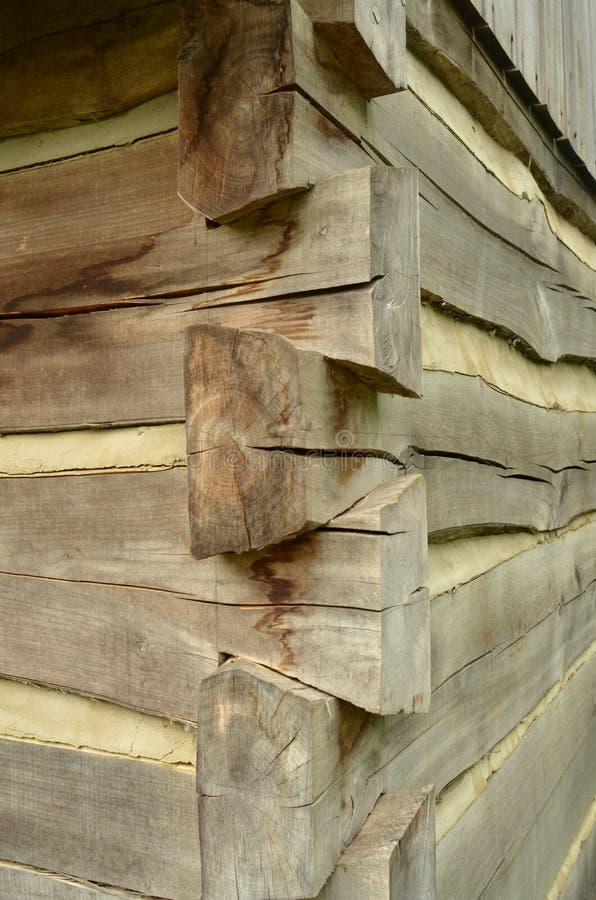 Detalle de la esquina de la cabaña de madera rústica del vintage fotos de archivo