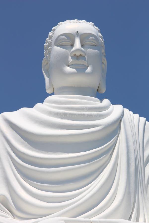 Detalle de la estatua blanca gigante de Buda que se sienta en Hai Duc Pagoda cerca de la pagoda larga del hijo, Nha Trang Vietnam imágenes de archivo libres de regalías