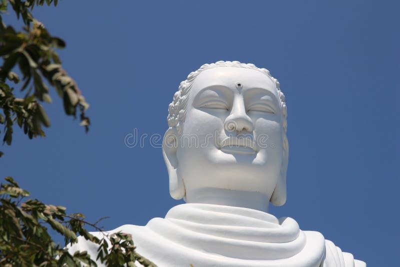 Detalle de la estatua blanca gigante de Buda que se sienta en Hai Duc Pagoda cerca de la pagoda larga del hijo, Nha Trang Vietnam fotos de archivo