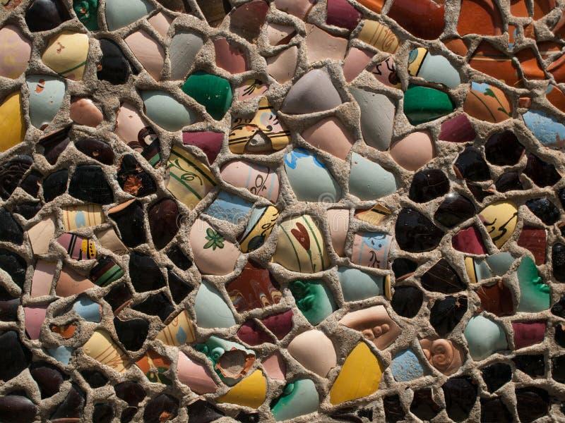 Detalle de la estructura interesante de la pared creada de las tazas quebradas fotografía de archivo libre de regalías