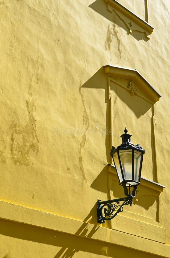 Detalle de la fachada amarilla del edificio histórico en la ciudad vieja de Praga hermosa, República Checa Fotograf?a de oro de l fotografía de archivo