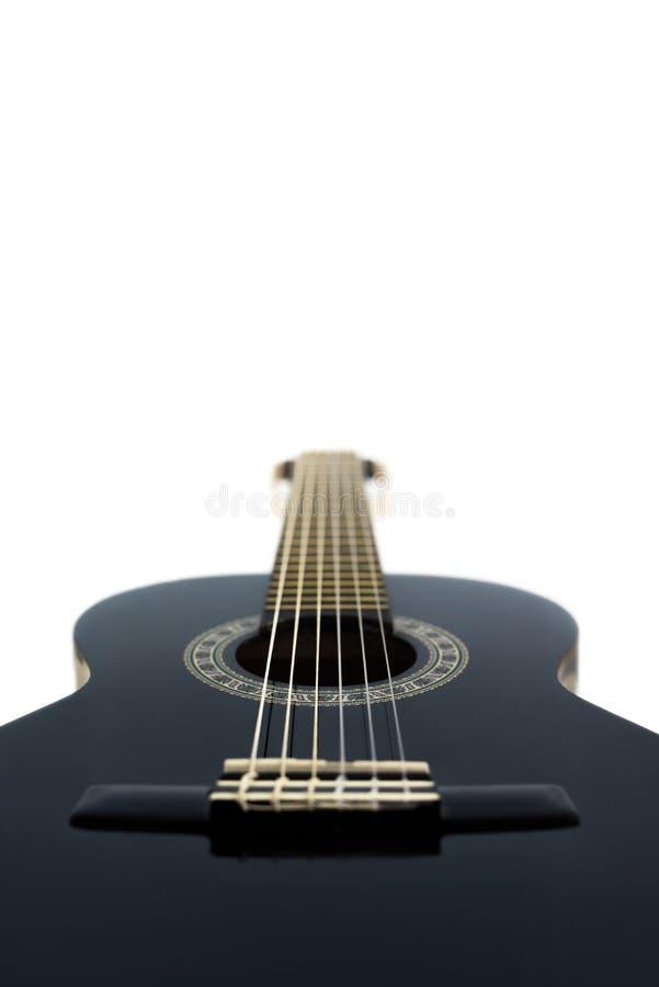 Detalle de la guitarra acústica clásica aislada en un Backgrou blanco imagen de archivo libre de regalías