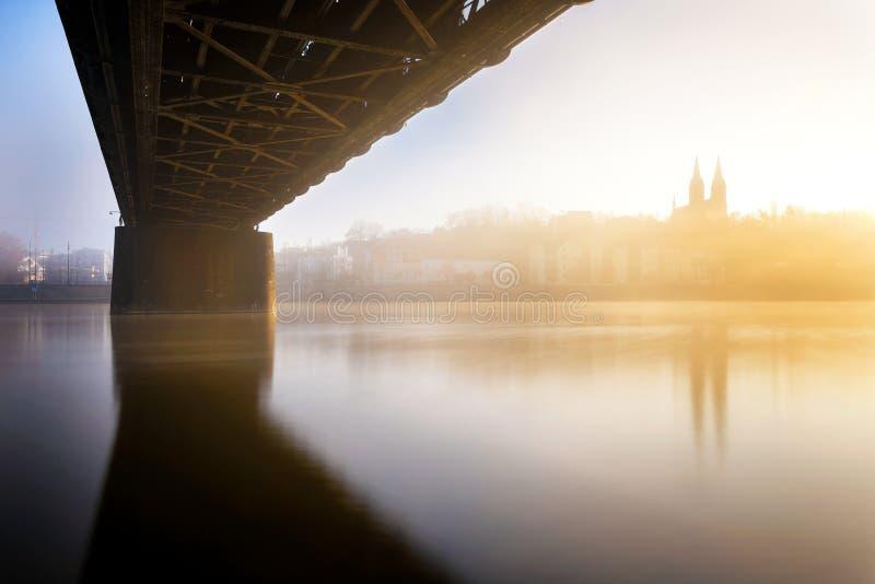 Detalle de la iglesia de Vysehrad cerca del puente ferroviario Praga, República Checa imagenes de archivo
