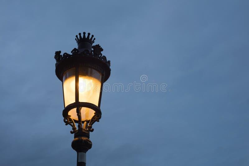 Detalle de la lámpara de calle de Barcelona en la noche fotos de archivo libres de regalías