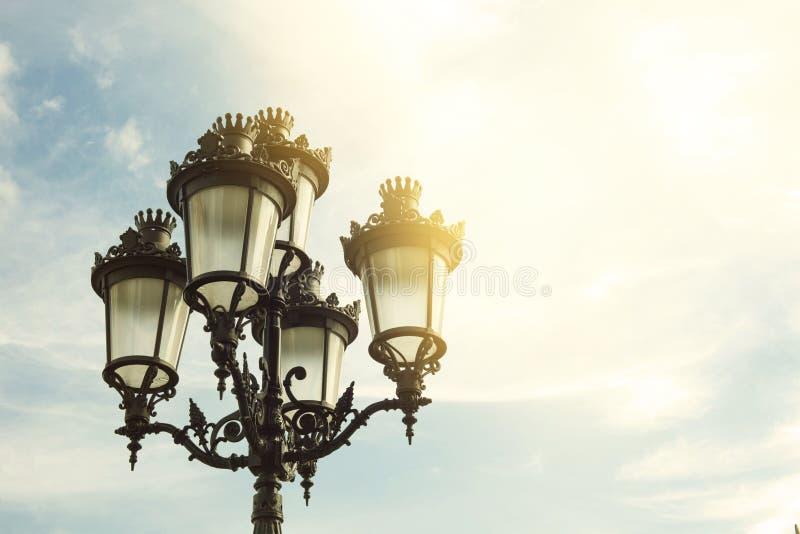 Detalle de la lámpara de calle en la ciudad de Barcelona en un día soleado fotografía de archivo libre de regalías