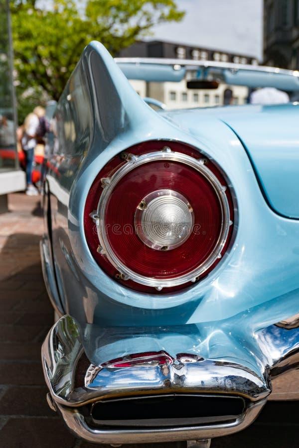 Detalle de la luz de la defensa posterior y de la cola de un convertible de Ford Fairlane del azul de cielo fotos de archivo libres de regalías