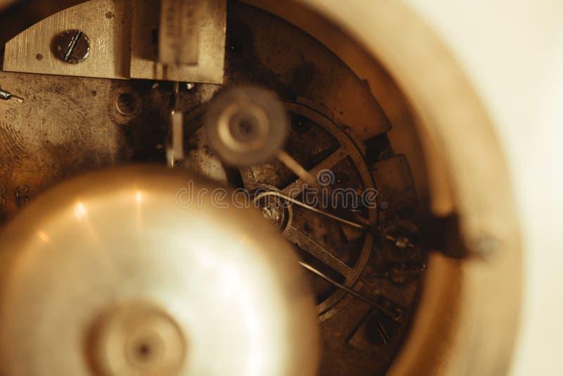 Detalle de la maquinaria del reloj en la tabla imagenes de archivo