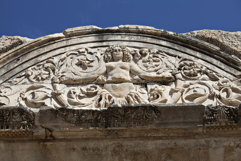 Detalle de la medusa del templo de Hadrian, Ephesus, Turquía