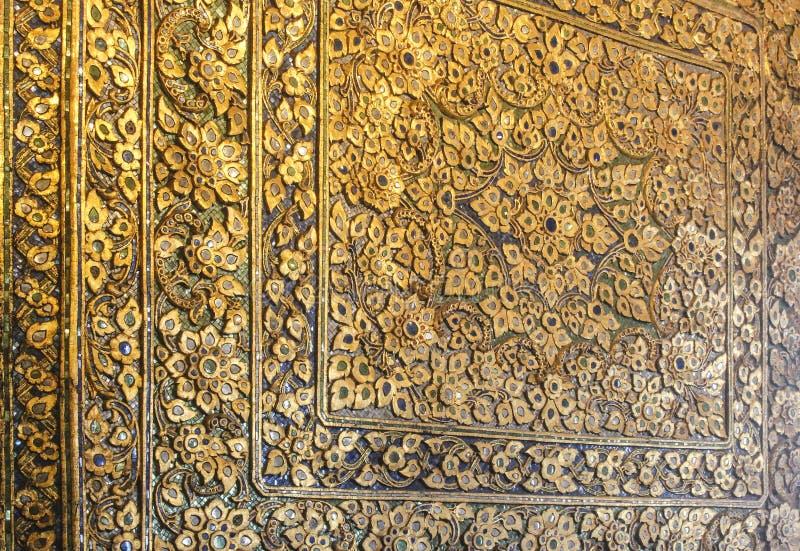 Detalle de la pared del templo de Wat Pho con los estampados de plores complejos Bangkok, Tailandia imagen de archivo libre de regalías