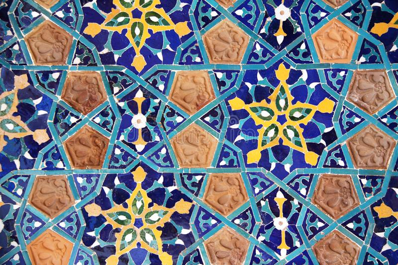 Detalle de la pared vieja del mosaico con el estampado de flores georgiano tradicional fotos de archivo