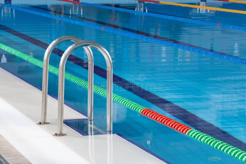 Detalle de la piscina con los carriles de la nadada imagen de archivo
