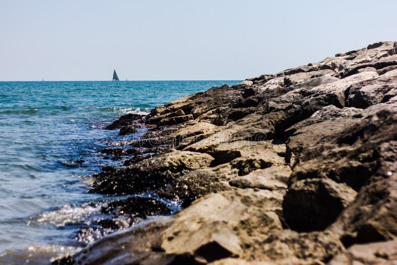 detalle de la playa con las rocas en verano fotografía de archivo libre de regalías
