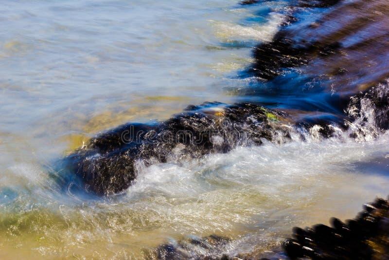 Detalle de la playa con las rocas en verano imágenes de archivo libres de regalías