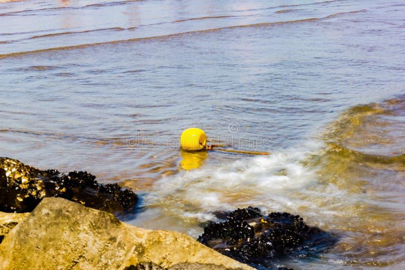 detalle de la playa con las rocas en verano imagen de archivo libre de regalías