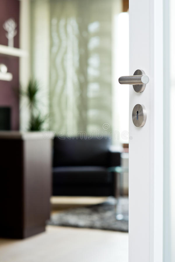 Detalle de la puerta blanca con la sala de estar borrosa imágenes de archivo libres de regalías