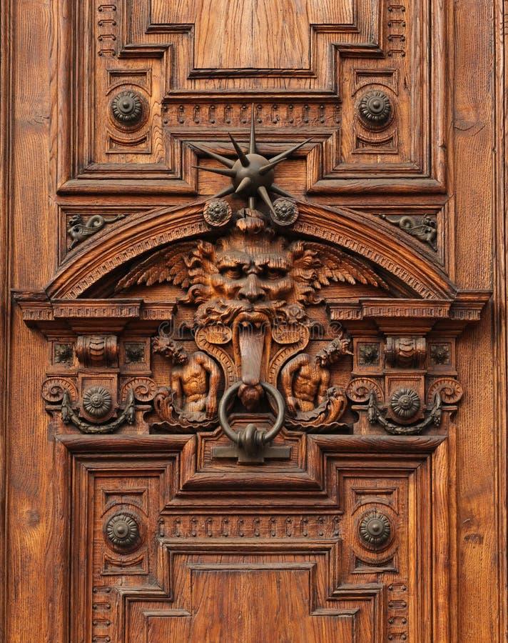 Detalle de la puerta de un palacio rico antiguo foto de archivo